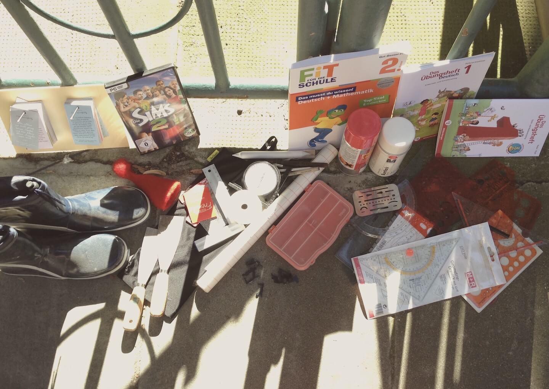 Dinge zu verschenken vor dem Haus