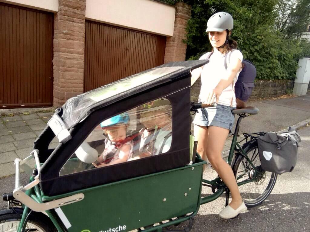 Katharina mit ihrem Lastenrad: Kinder und Gepäck dabei.