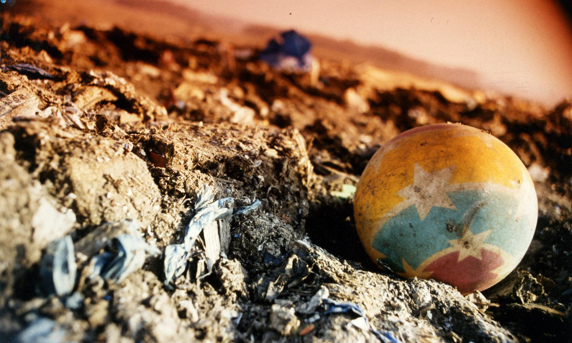 Mikroplastik und größere Plastikteile am Strand